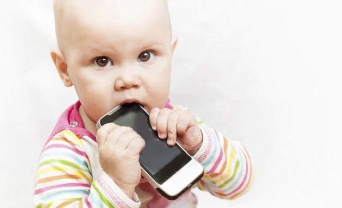มีลูกควรระวัง ให้ลูกเล่นโทรศัพท์มากเกินไป ส่งผลต่อพัฒนาการเด็ก